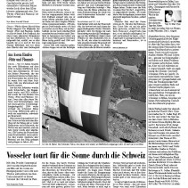 Das erhellte Schweizer Kreuz hoch über dem Klöntalersee